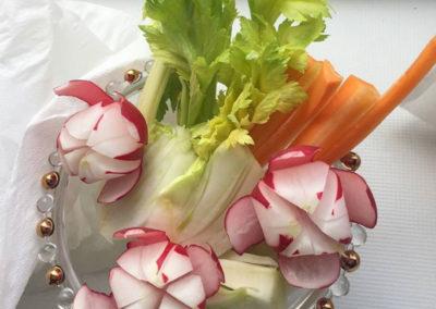 sculture di verdure su tavola catering puravida eventi